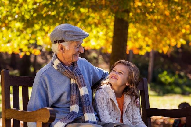 Großvater sitzt mit enkelin im park