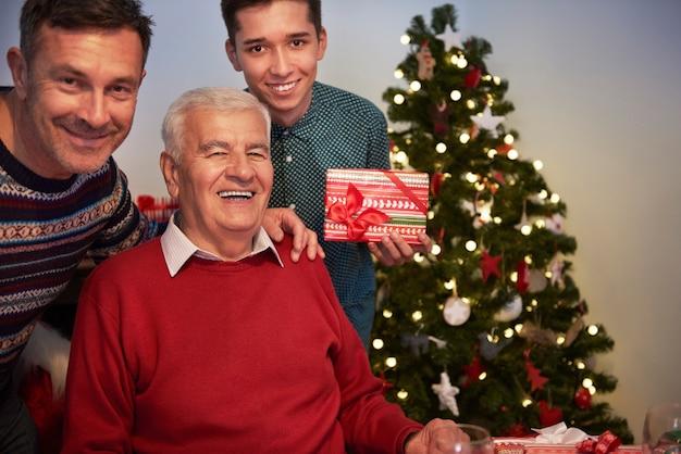 Großvater, sohn und enkel auf einer fotografie