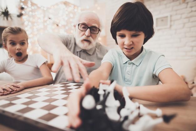 Großvater spielt mit seinen enkelkindern