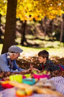 Großvater und enkel liegen im herbst auf dem feld