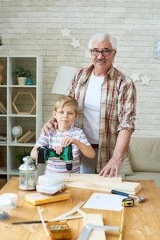 Großvater und enkel posieren für foto