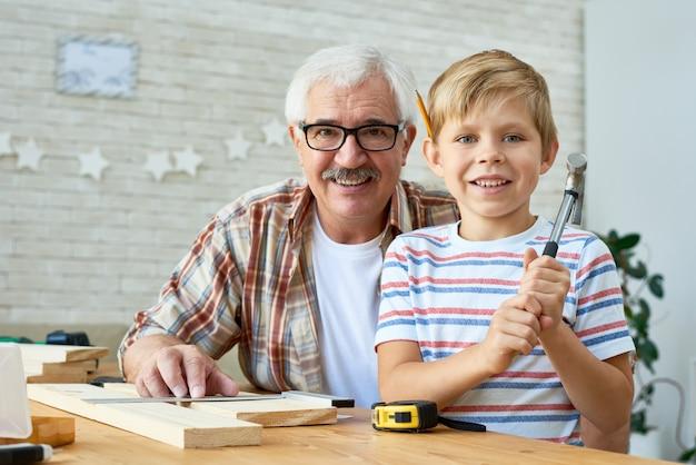 Großvater und enkel posieren zusammen