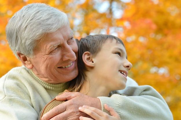 Großvater und enkel zusammen im herbstpark