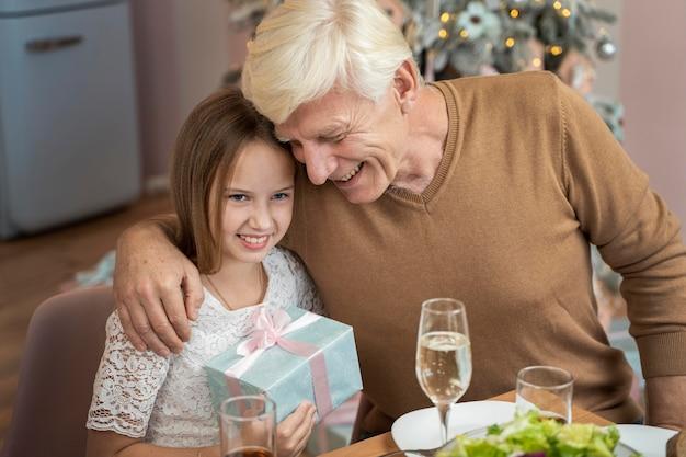 Großvater und enkelin beim weihnachtsessen