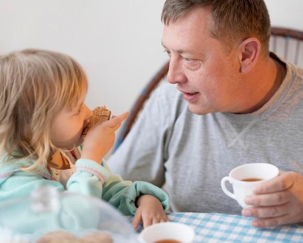 Großvater und enkelin essen zu mittag