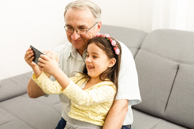 Großvater und enkelin machen selfie