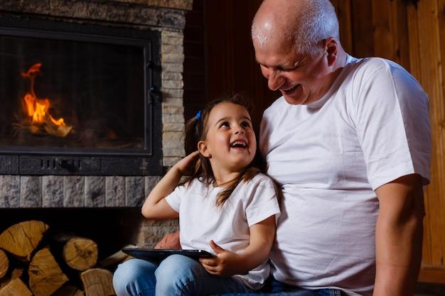 Großvater und enkelin spielen