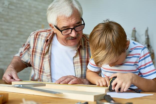 Großvater unterrichtet jungenschreinerei