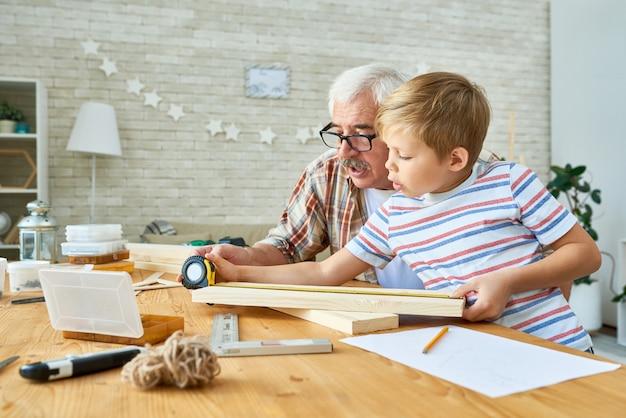 Großvater unterrichtet little boy carpentry