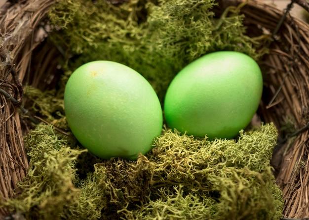 Grün gefärbte ostereier und gras