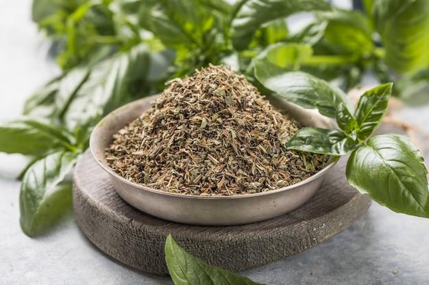 Grün, kulinarisches und aromatisches konzept - bündel frisches basilikum und trocken