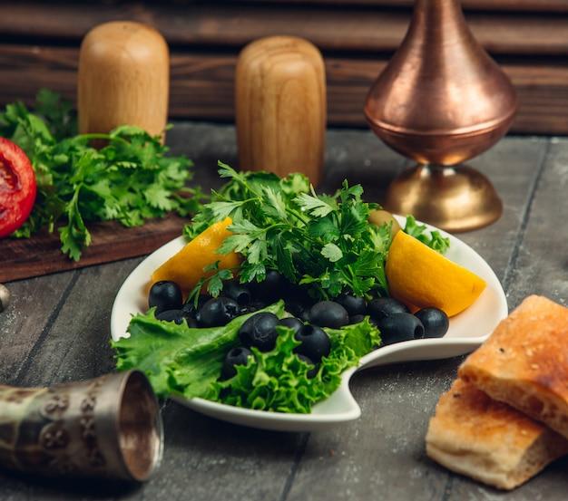 Grün mit oliven und zitrone