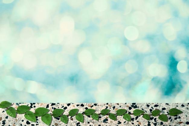 Grünblätter der naturgrenze des mexikanischen gänseblümchens und hellblauer unschärfe bokeh hintergrund