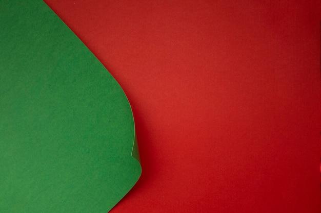 Grünbuch auf rotem tisch
