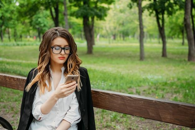 Gründung eines unternehmens, startup, outdoor-porträt einer jungen geschäftsfrau