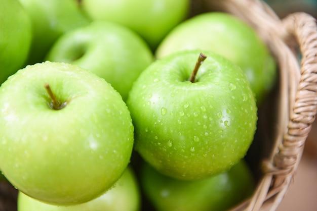 Grüne äpfel - ernte apfel im korb sammeln obst im garten