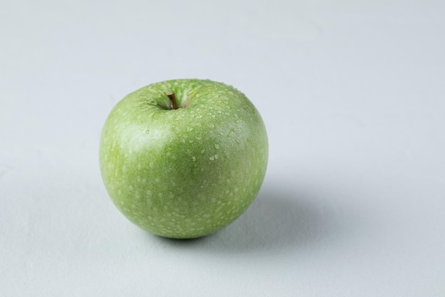 Grüne äpfel getrennt auf weiß.