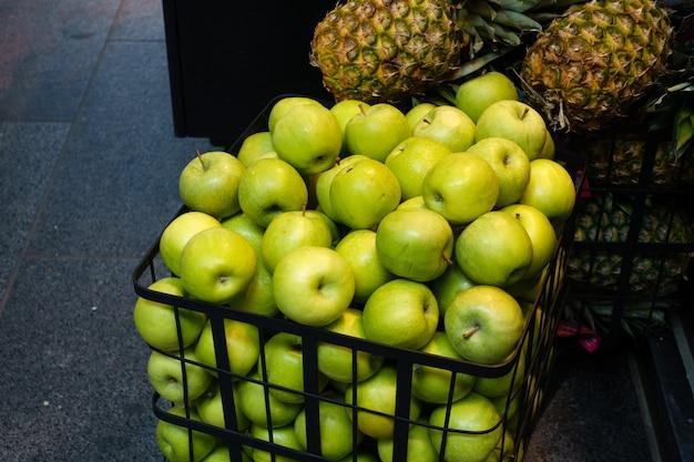 Grüne äpfel im einkaufswagen