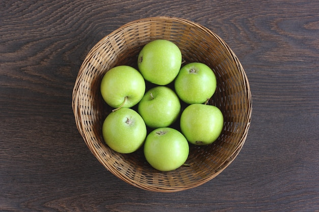 Grüne äpfel in einem korb, ansicht von oben. früchte.
