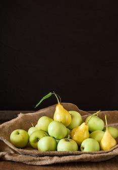 Grüne äpfel und birnen. äpfel in schüssel. gartenfrüchte. herbstfrüchte herbsternte