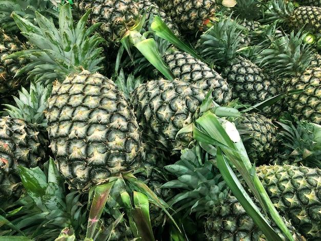 Grüne ananas auf landwirtschaftlichem produkt
