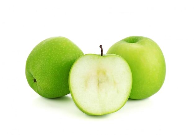 Grüne apfelfrucht mit der hälfte getrennt