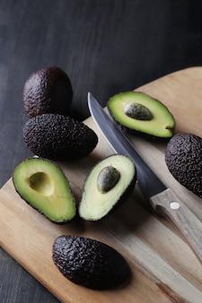 Grüne avocados auf schneidebrett