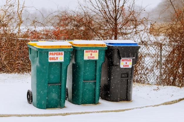 Grüne behälter für das müllrecycling