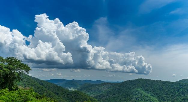 Grüne berglandschaftsansicht mit blauem himmel und schönen wolken
