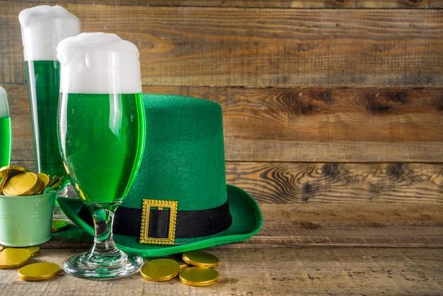 Grüne biergläser für die st. patrick's day party