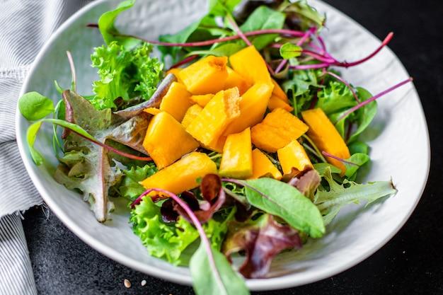 Grüne blätter des kürbissalats mischen salatgemüse essfertig
