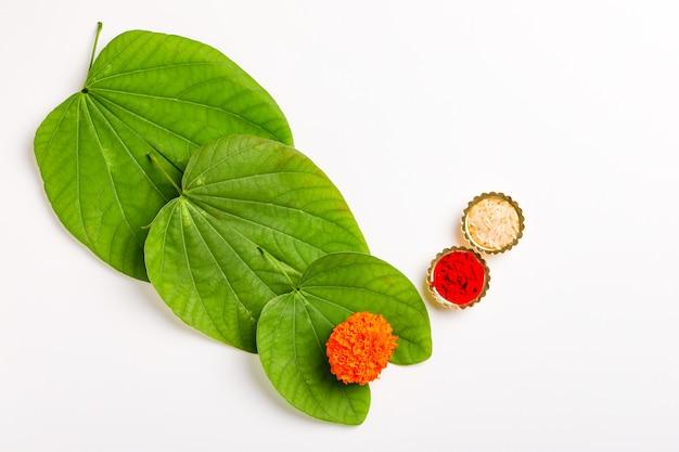 Grüne blatt- und reiszusammensetzung für indisches festival dussehrae
