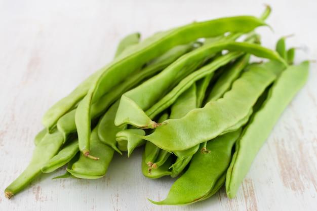 Grüne bohnen auf dem tisch
