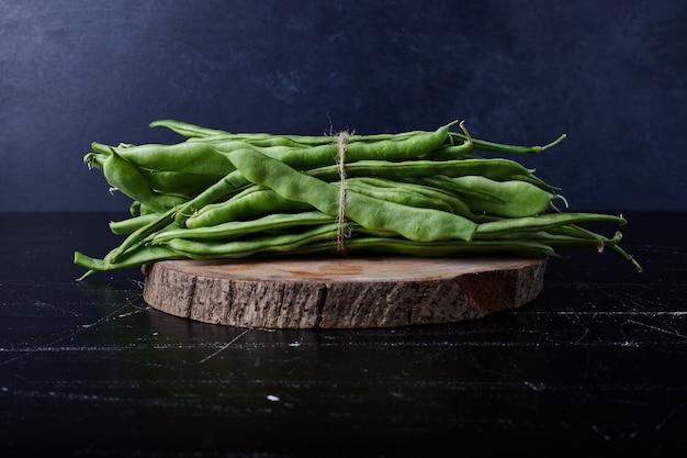 Grüne bohnen auf schwarz