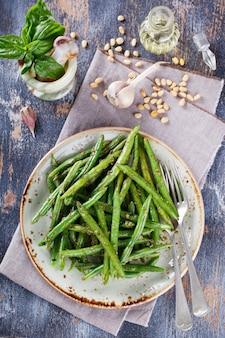 Grüne bohnen des grünen salats mit pesto