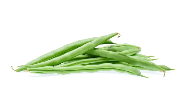 Grüne bohnen isoliert auf weiß.