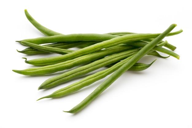 Grüne bohnen lokalisiert auf einem weißen hintergrund.