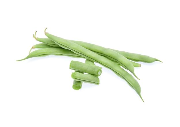 Grüne bohnen lokalisiert auf weißem hintergrund.