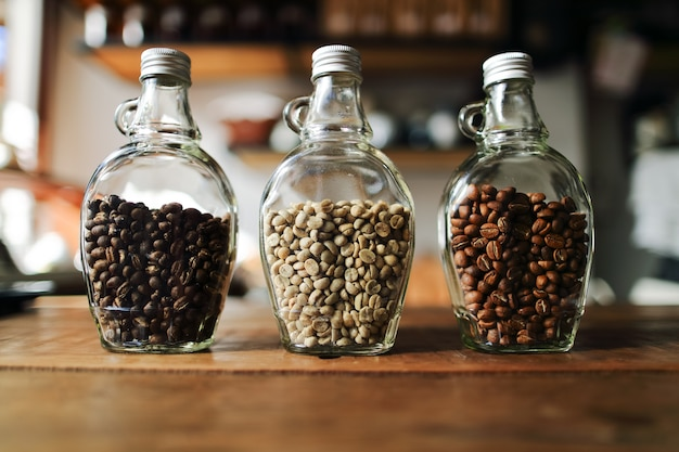 Grüne bohnen und kaffeebohnen, stadtbraten in der freien flasche, fokussieren nur themaunschärfe b