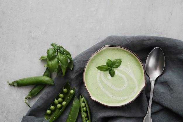 Grüne bohnencremesuppe in einer schüssel