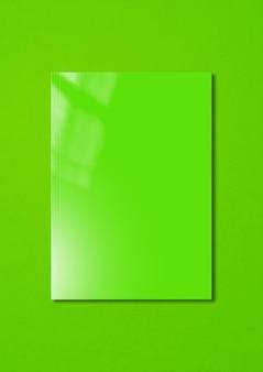 Grüne broschürenabdeckung lokalisiert auf buntem hintergrund, modellschablone