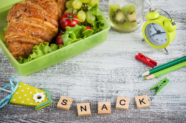 Grüne brotdose mit hörnchen, salat