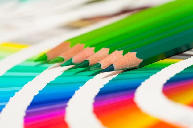 Grüne buntstifte und farbkarte aller farben