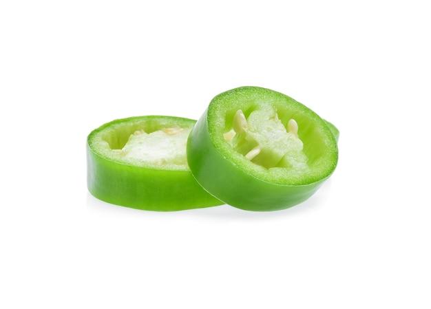 Grüne chilis auf weißem hintergrund