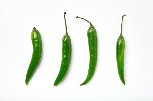 Grüne chilischote. grüner paprikapfeffer der verschiedenen formen getrennt