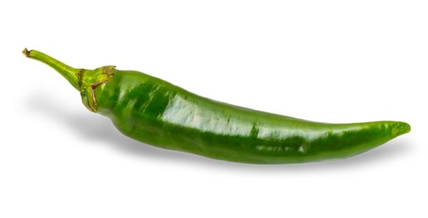 Grüne chilischote isoliert auf weißem hintergrund.