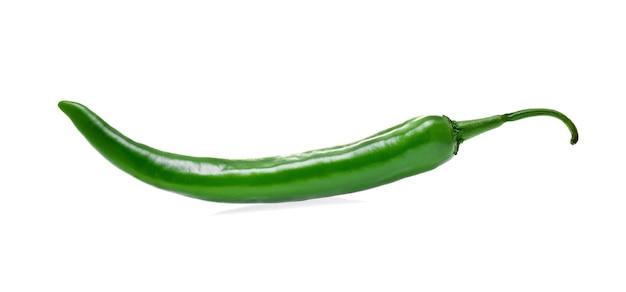 Grüne chilischote isoliert auf weißem hintergrund