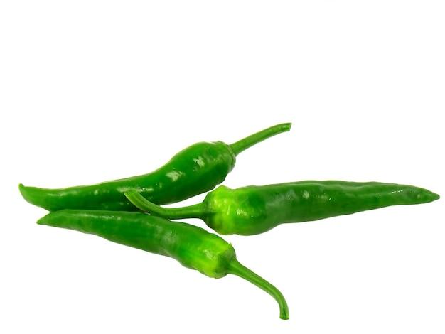 Grüne chilischoten. isoliert über weiß