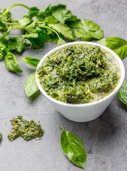 Grüne chimichurripetersilien-basilikumsoße