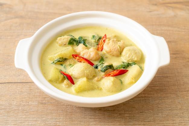 Grüne currysuppe mit gehacktem schweinefleisch und fleischbällchen in der schüssel, asiatische essensart